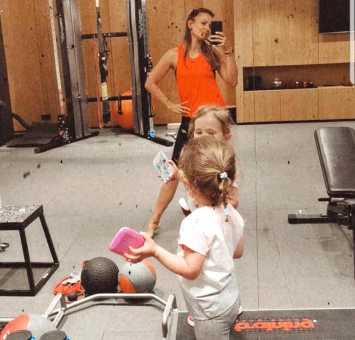 Anna Lewandowska z córką na siłowni