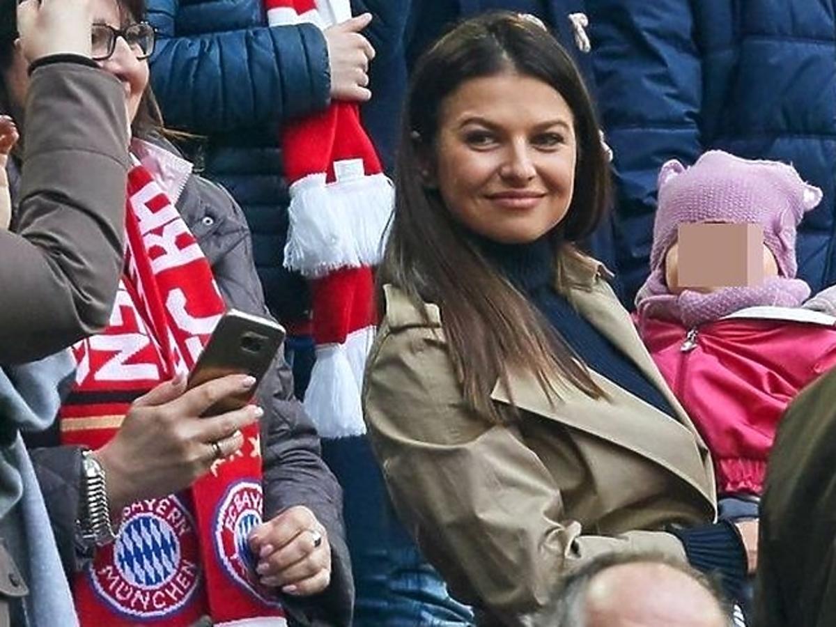 Anna Lewandowska z Klarą na meczu