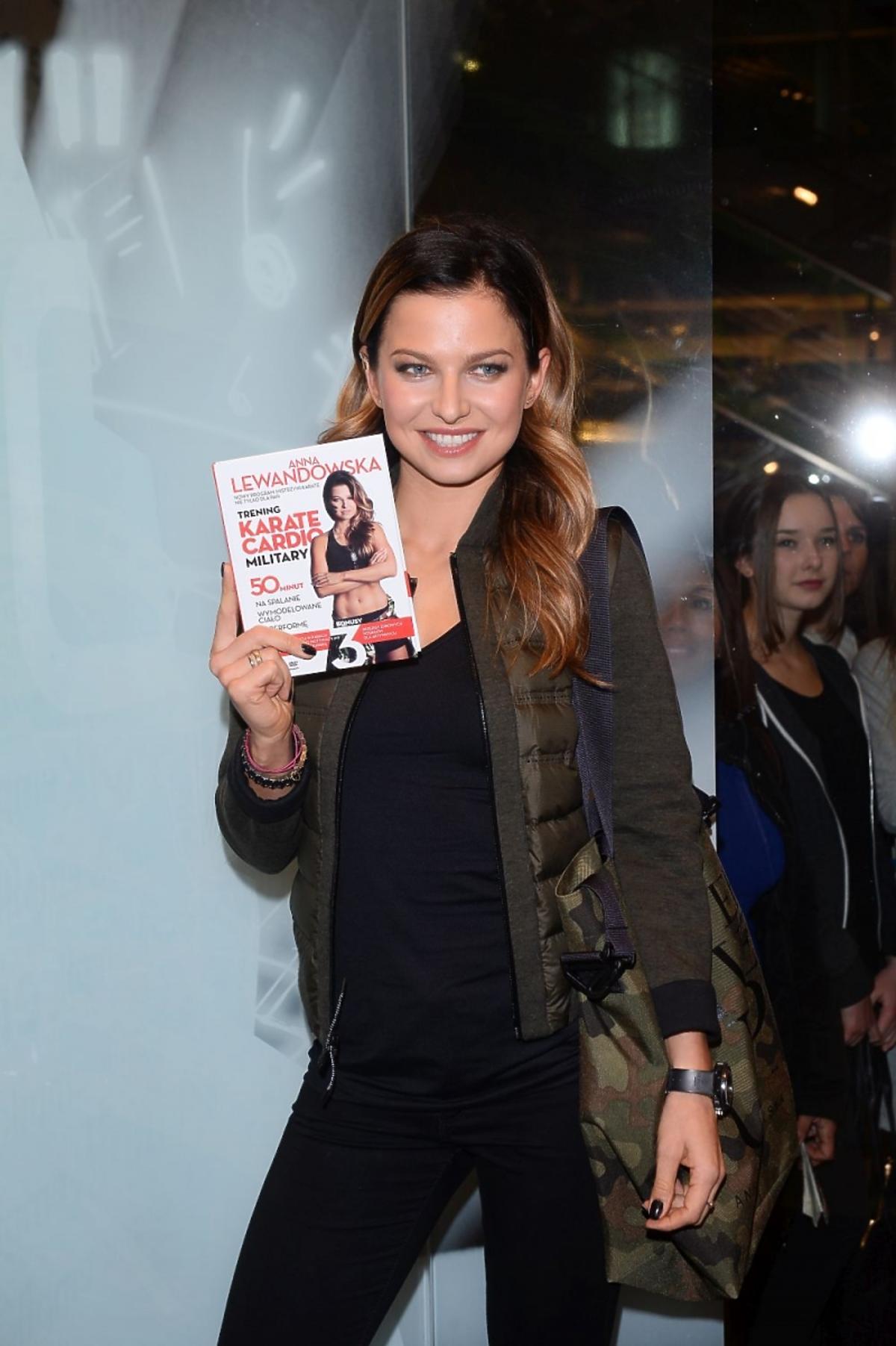 Anna Lewandowska z książką