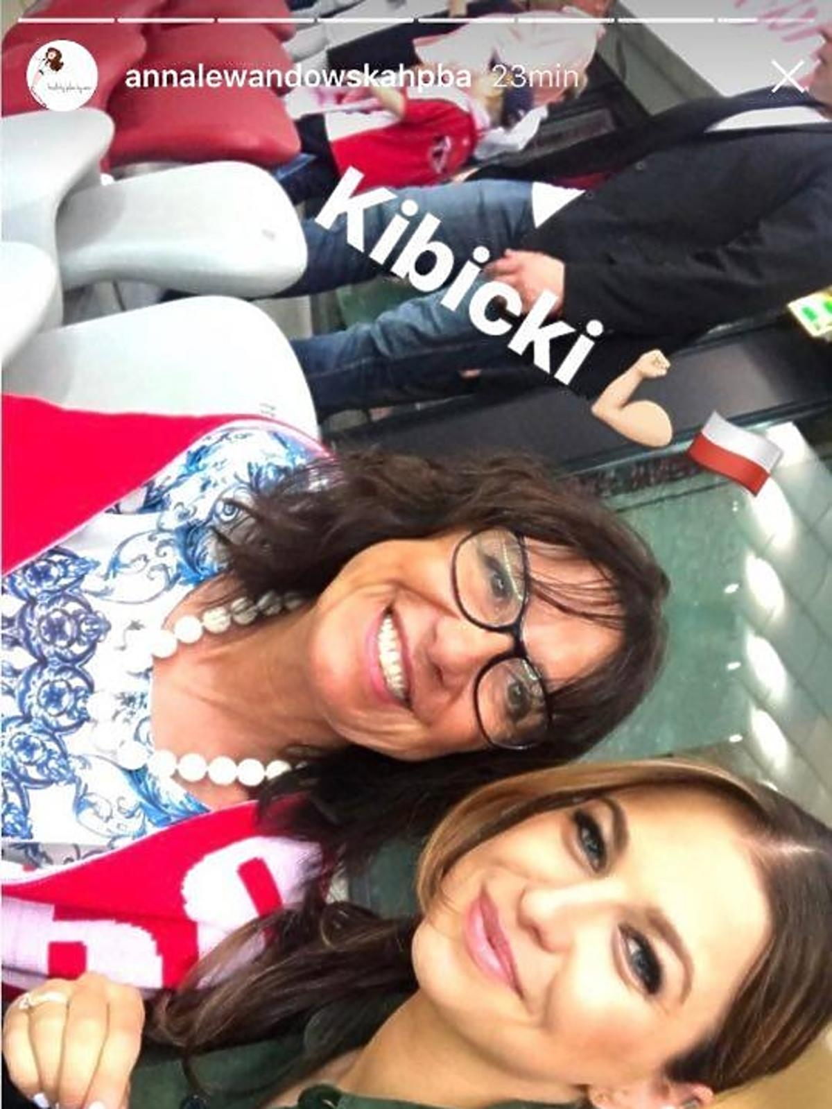 Anna Lewandowska z mamą Roberta na meczu