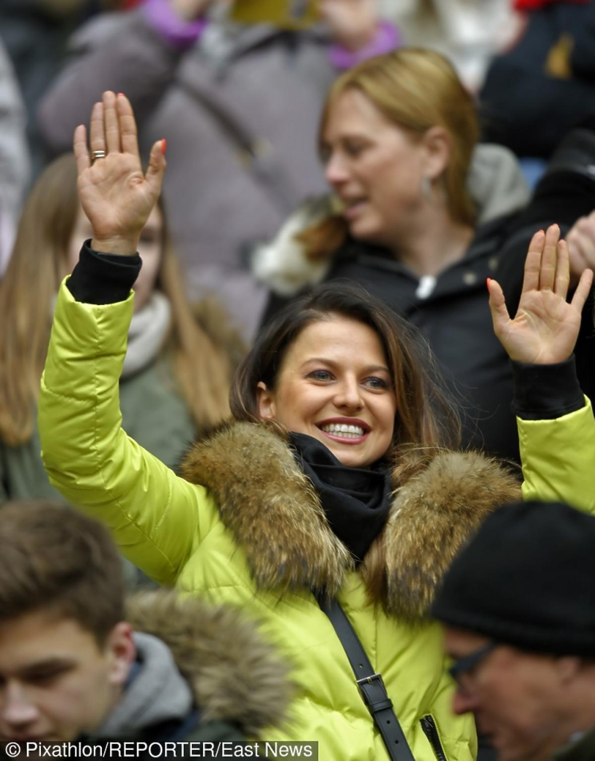 Anna Lewandowska z rękami w górze