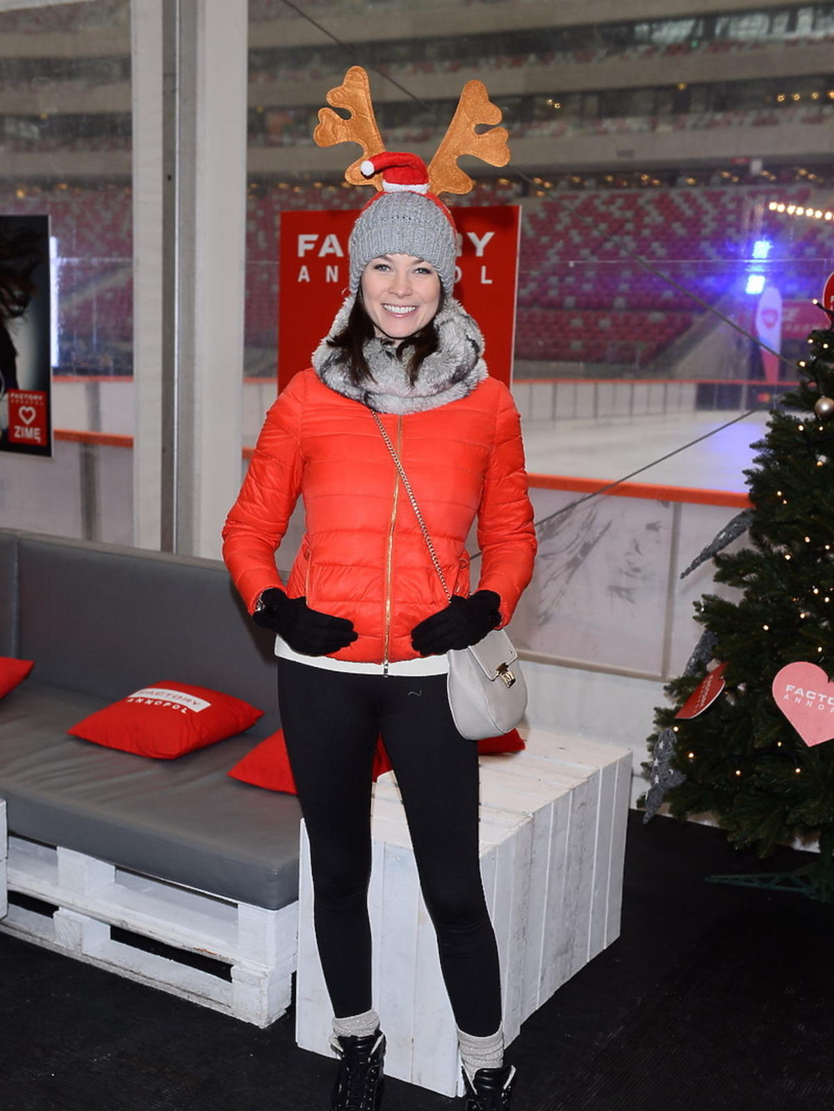 Anna Lucińska w czerwonej kurtce