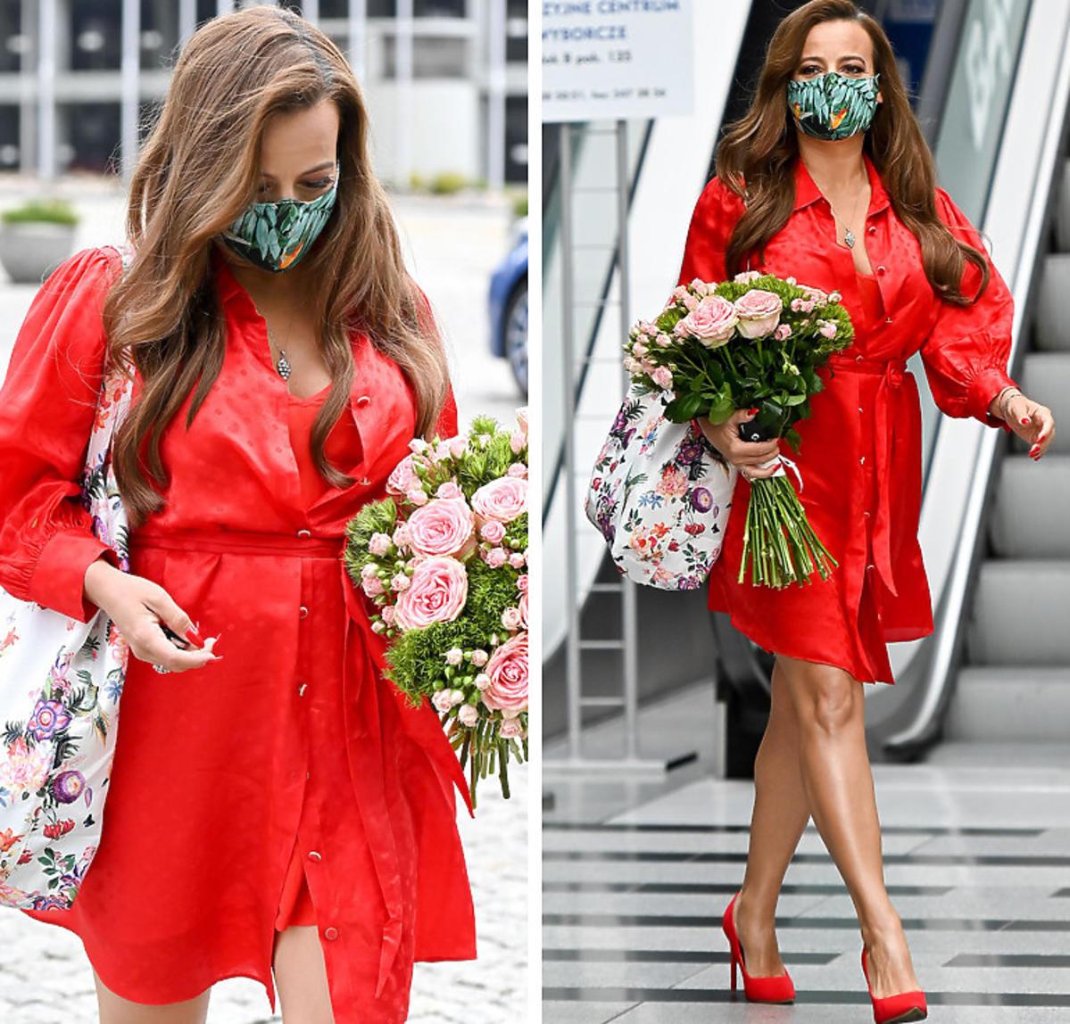 Anna Mucha w czerwonej sukience pod studiem Pytania na śniadanie