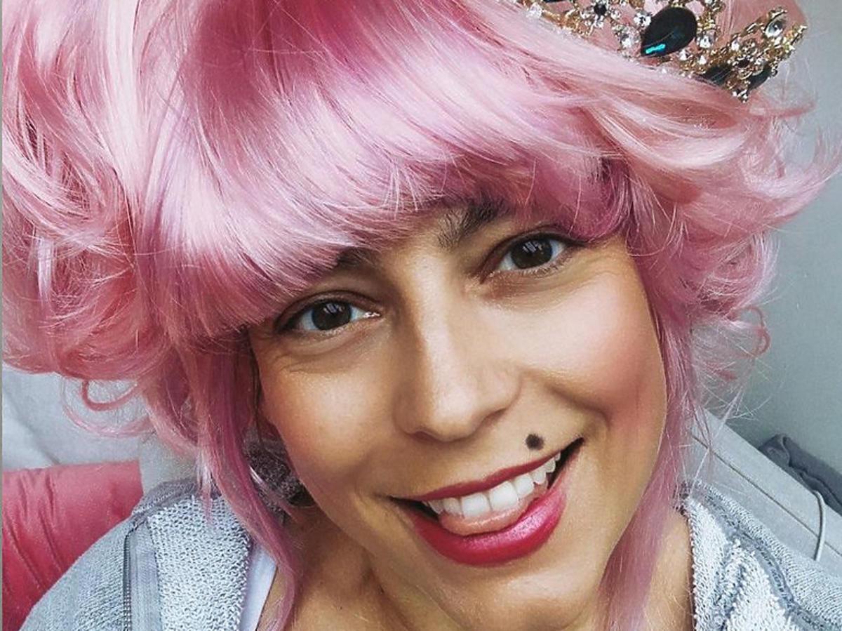 Anna Mucha w różowych włosach