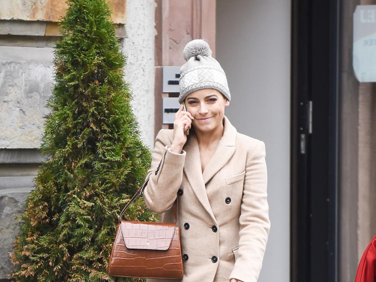 Anna Mucha z brązową torbą