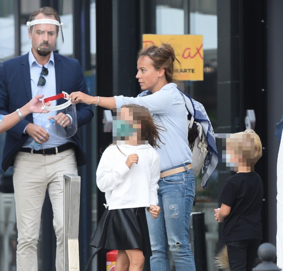 Anna Mucha z dziećmi i partnerem wychodzą z teatru