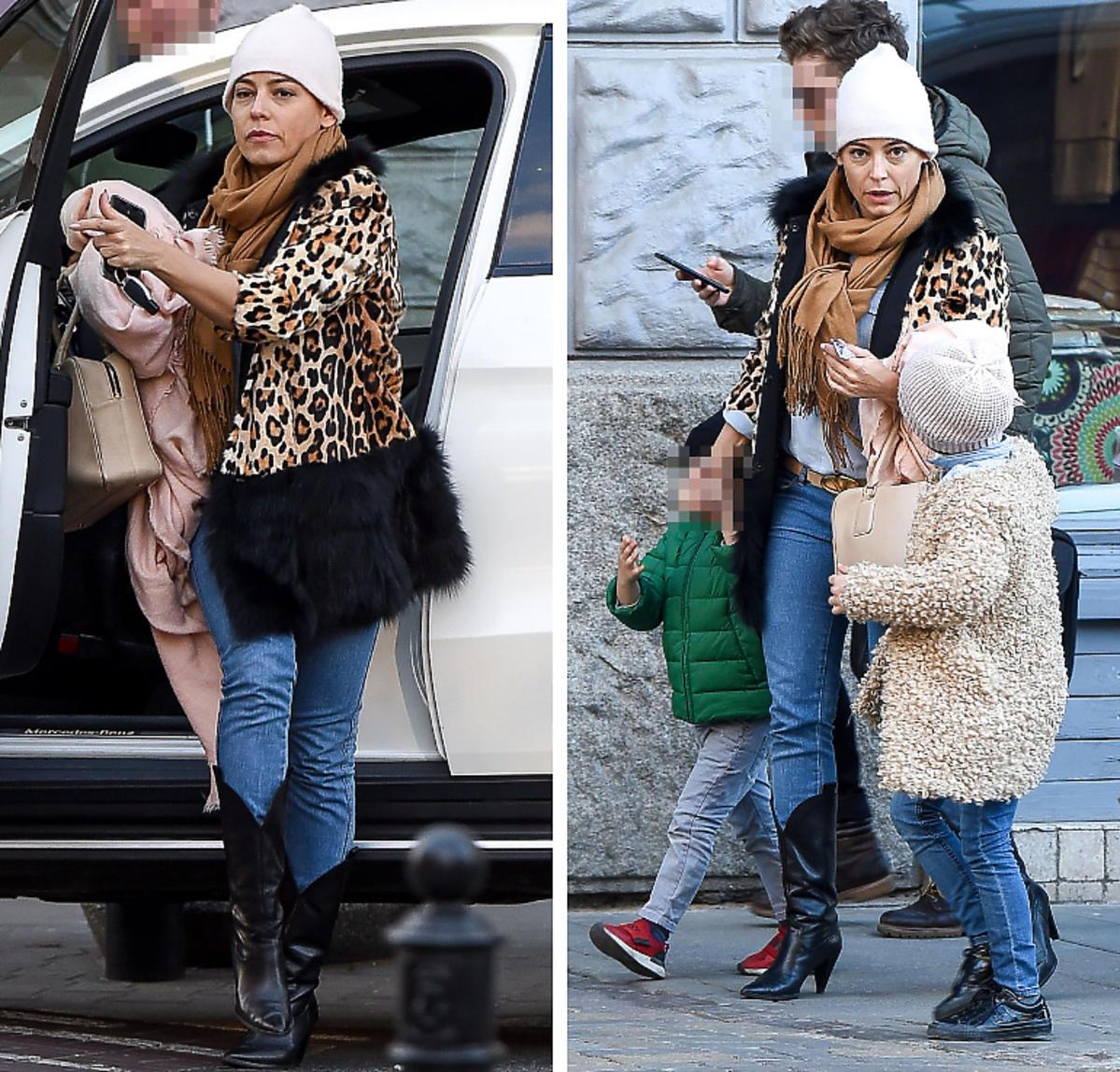 Anna Mucha z dziećmi na spacerze
