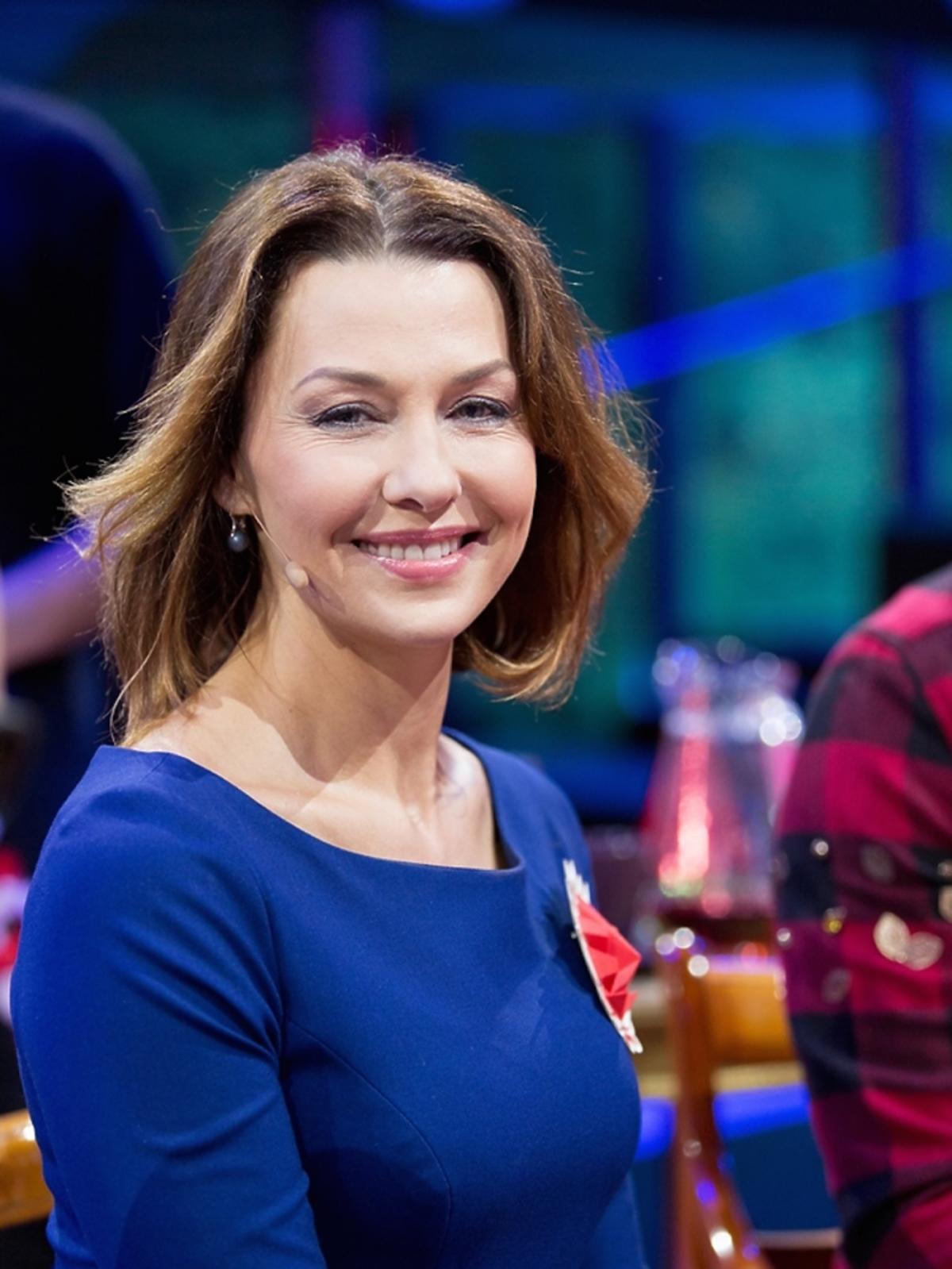 Anna Popek w granatowej bluzce