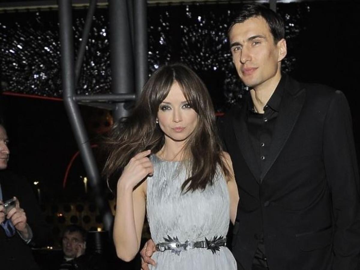 Anna Przybylska w szarej sukience