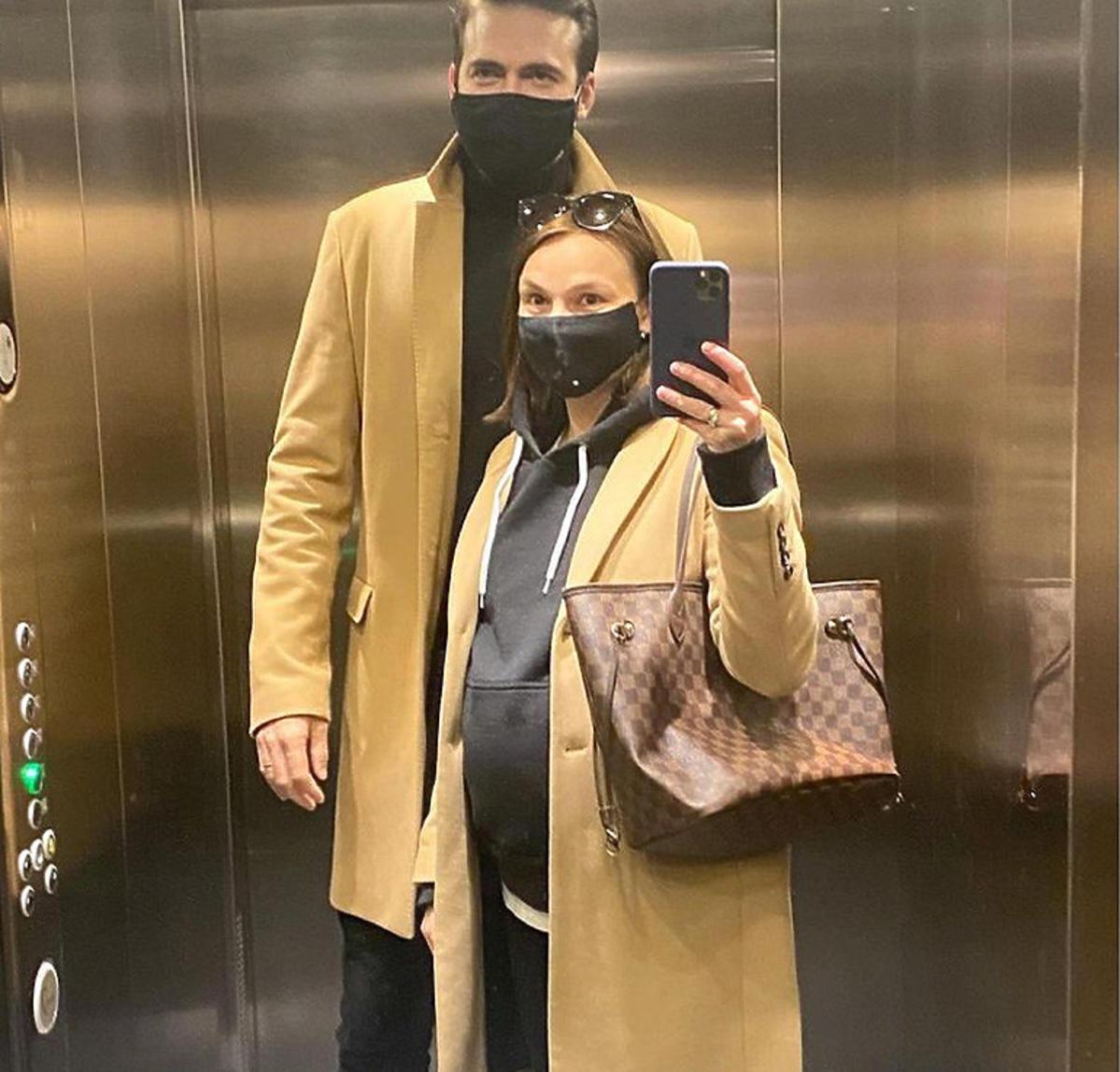 Anna Starmach z mężem w ciąży w płaszczach