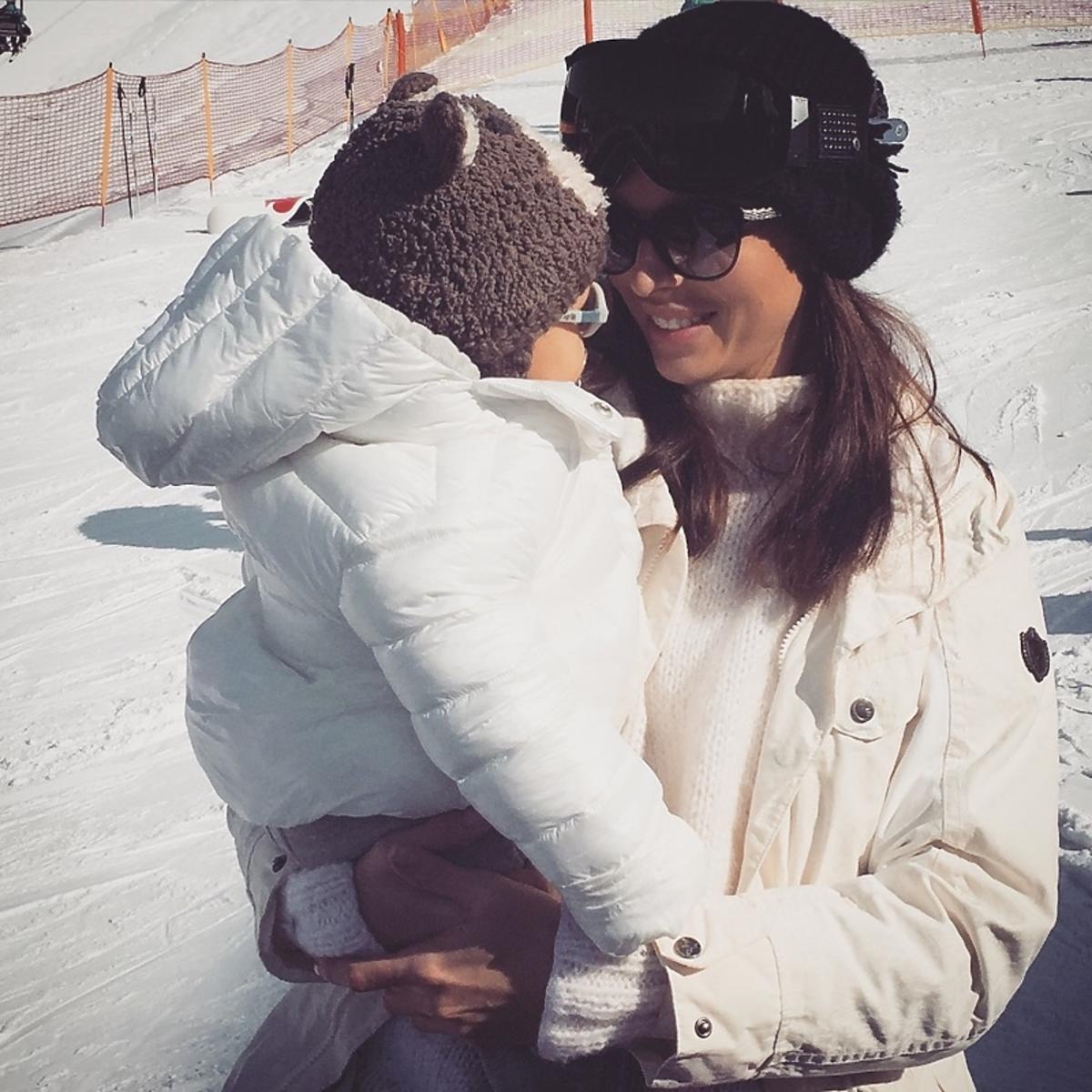 Anna Wendzikowska w białej kurtce z córką Kornelią w białej kurtce na stoku