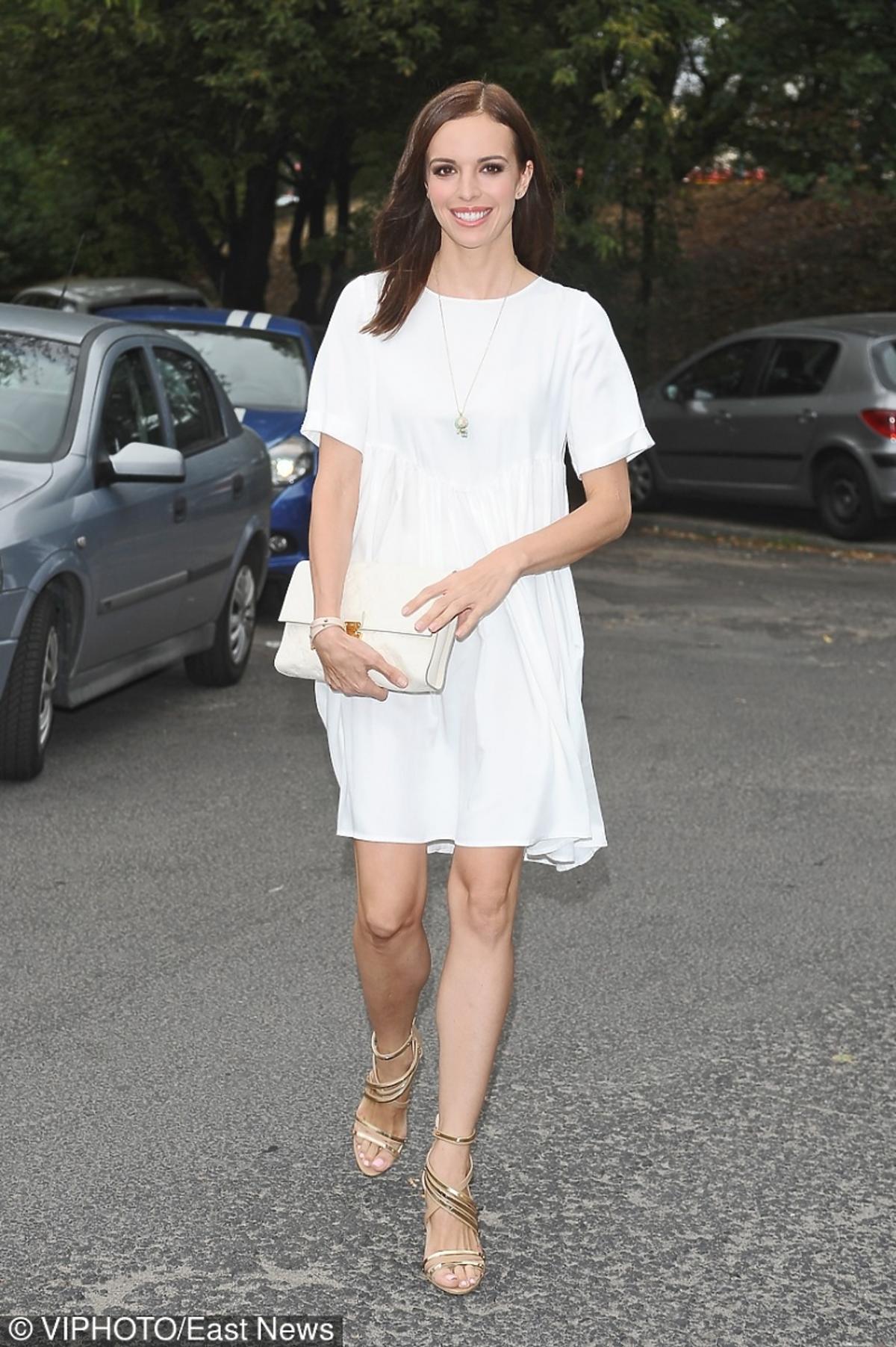 Anna Wendzikowska w białej sukience