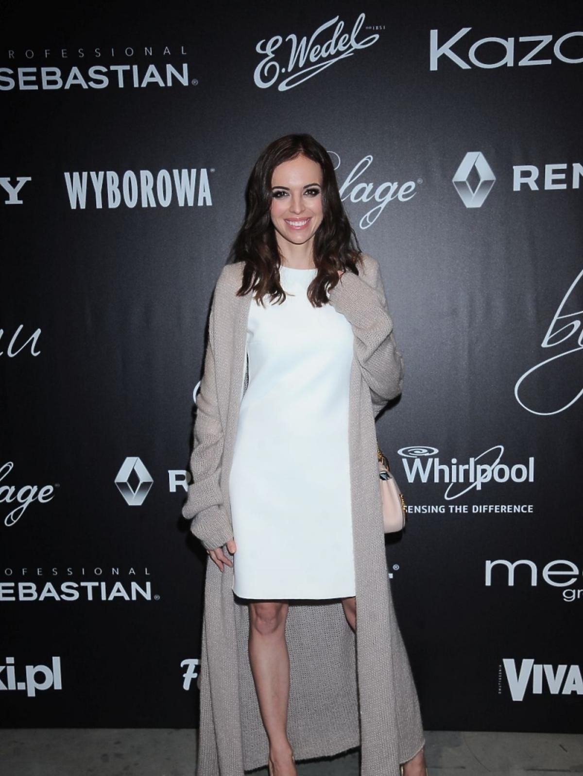 Anna Wendzikowska w długim swetrze