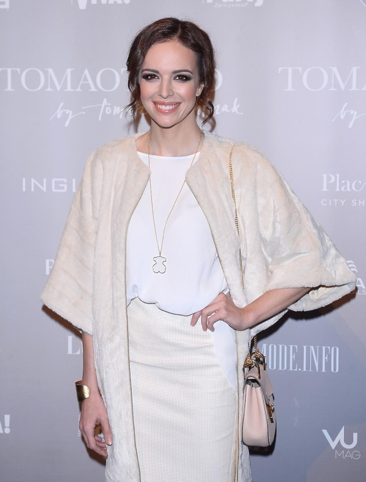 Anna Wendzikowska w kremowym płaszczu i białej stylizacji