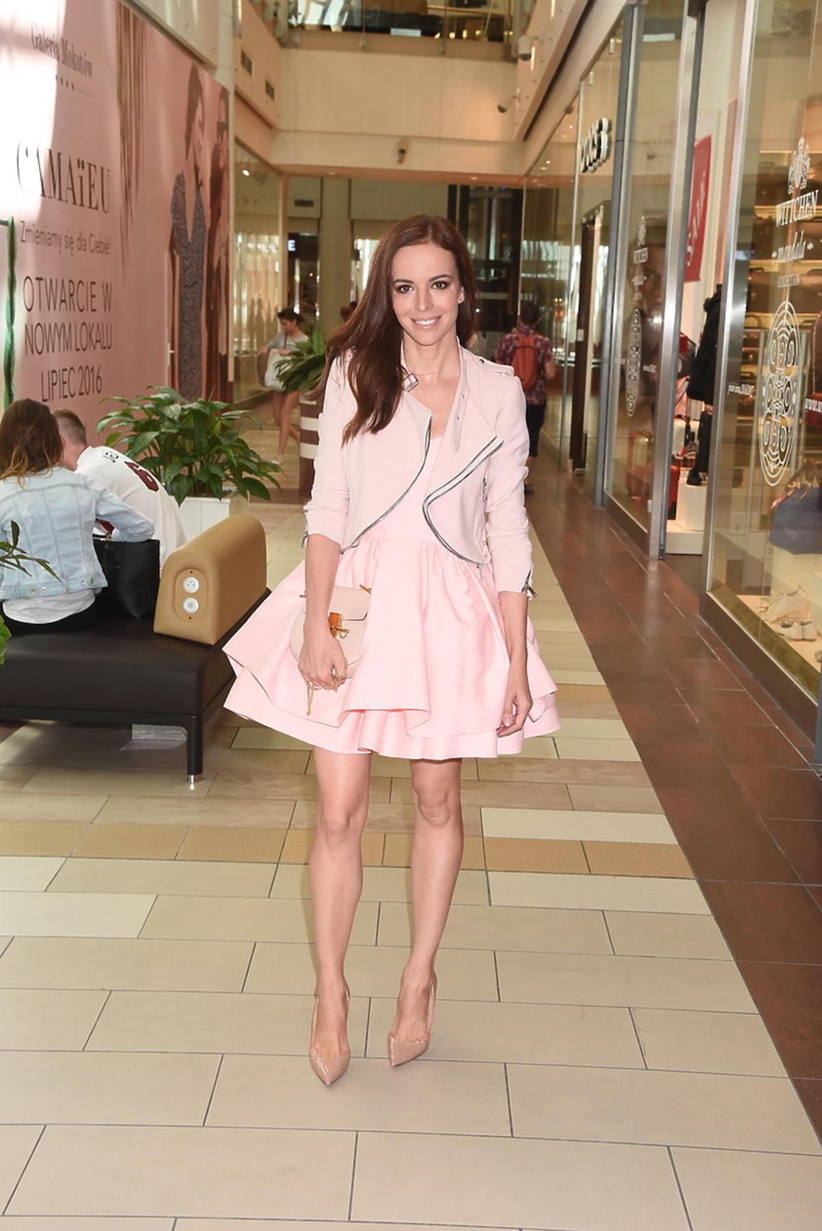 Anna Wendzikowska w różowej sukience