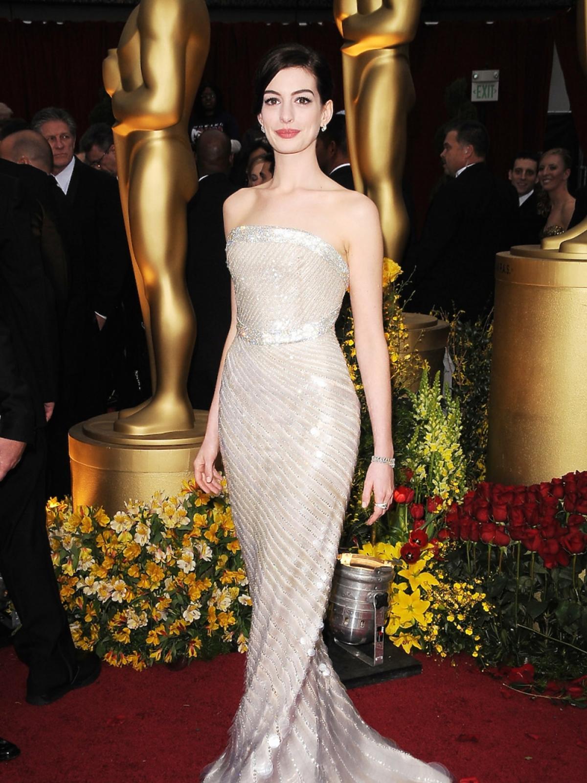 Anne Hathaway w jasnej błyszczącej sukni do ziemi