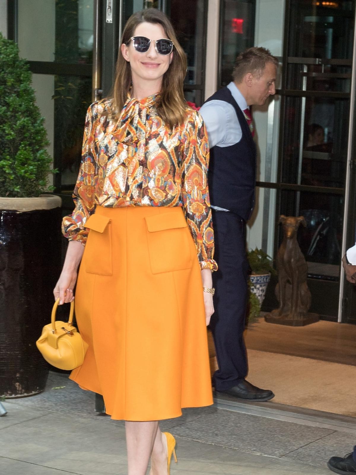 Anne Hathaway z torebką Gabriela Hearst