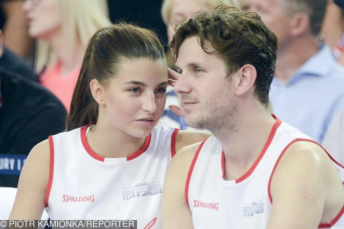 Antek Królikowski i Julia Wieniawa podczas meczu koszykówki