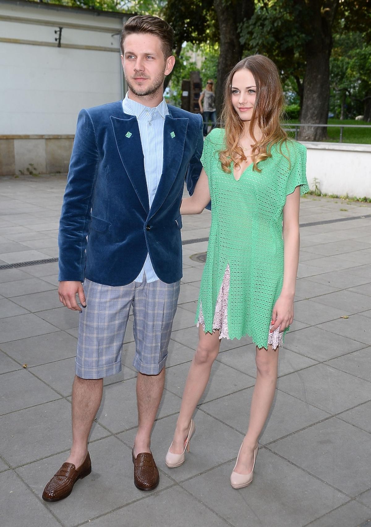 Antek Królikowski w marynarce i spodenkach, Katarzyna Sawczuk w zielonej sukience