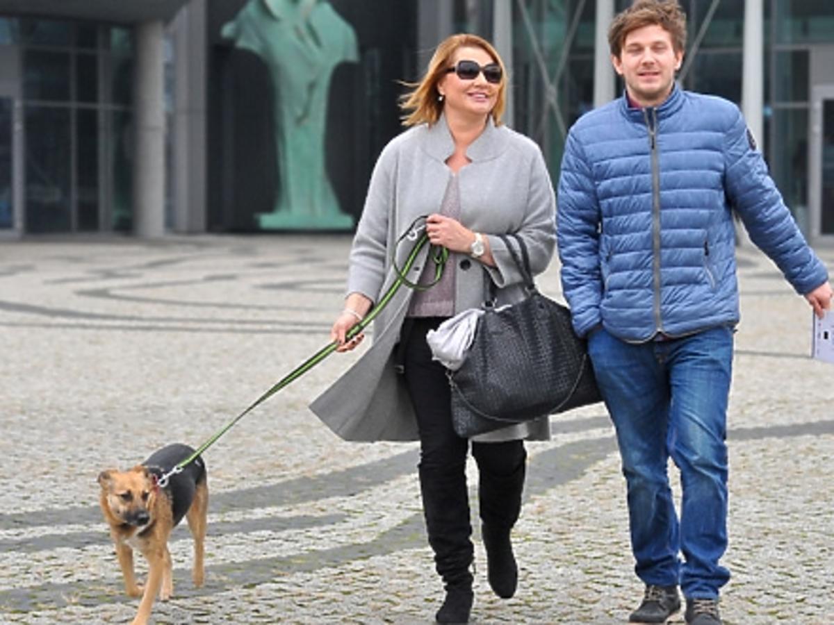 Antek Królikowski w niebieskiej kurtce z mamą Małgorzatą Ostrowską-Królikowską w szarym płaszczu i psem wychodzą z Tvp