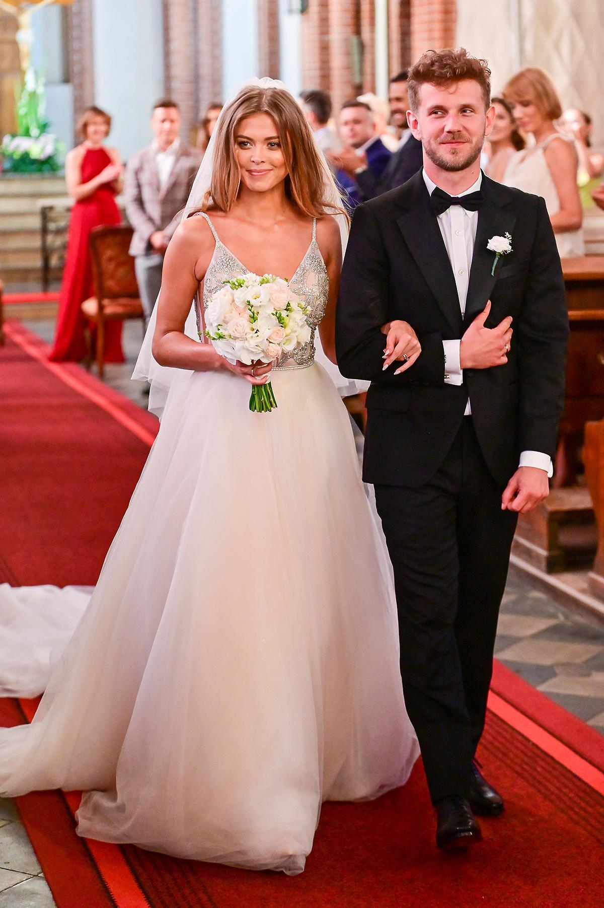 Antoni Królikowski i Joanna Opozda po ślubie wychodzą z kościoła