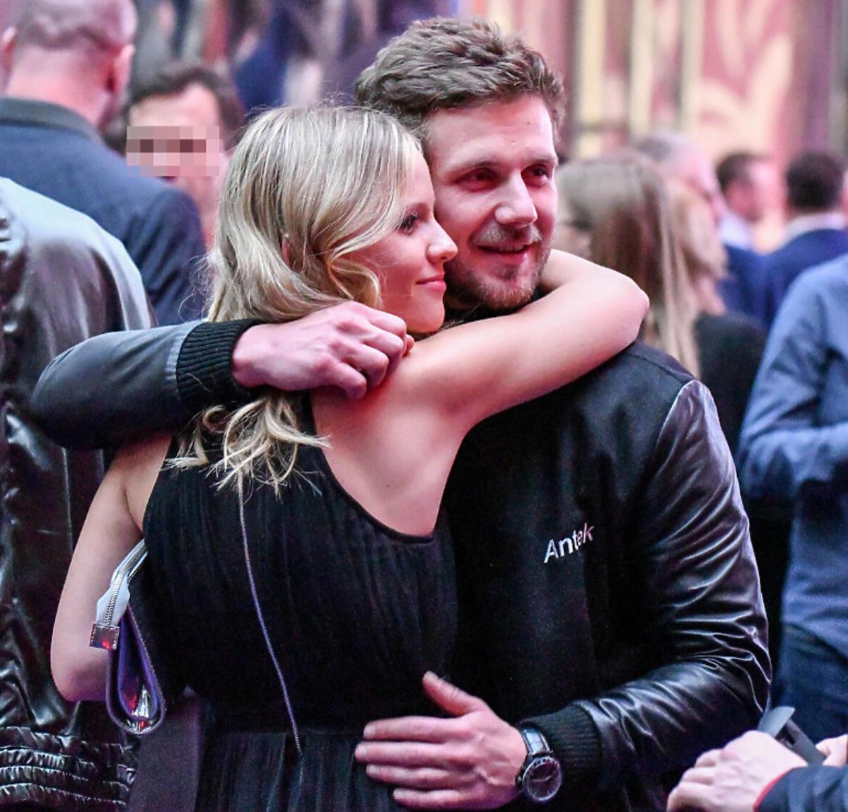 Antoni Królikowski przytula swoją partnerkę