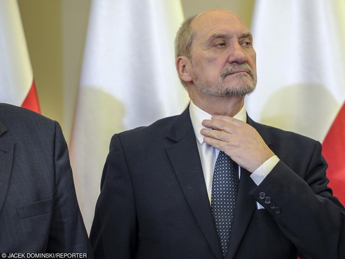 Antoni Macierewicz poprawia kołnierz