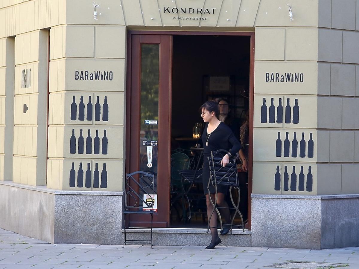 Antonina Kondrat w czarnej sukience wychodzi z BaraWino