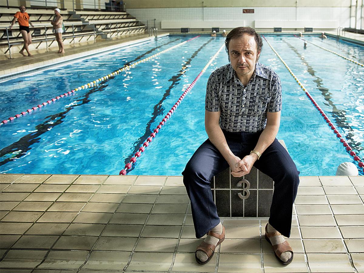 Arkadiusz Jakubik nad basenem