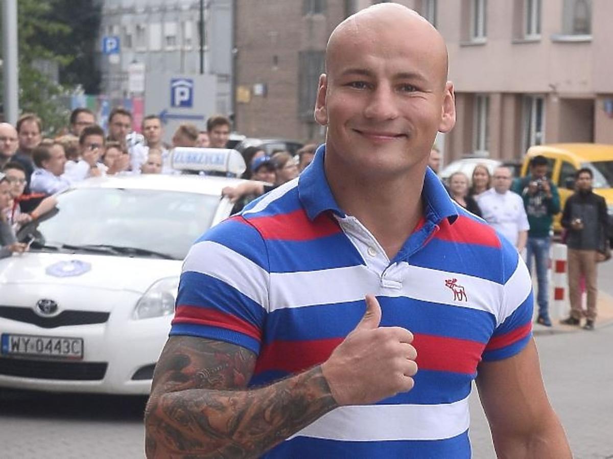 Artur Szpilka w bluzce w paski