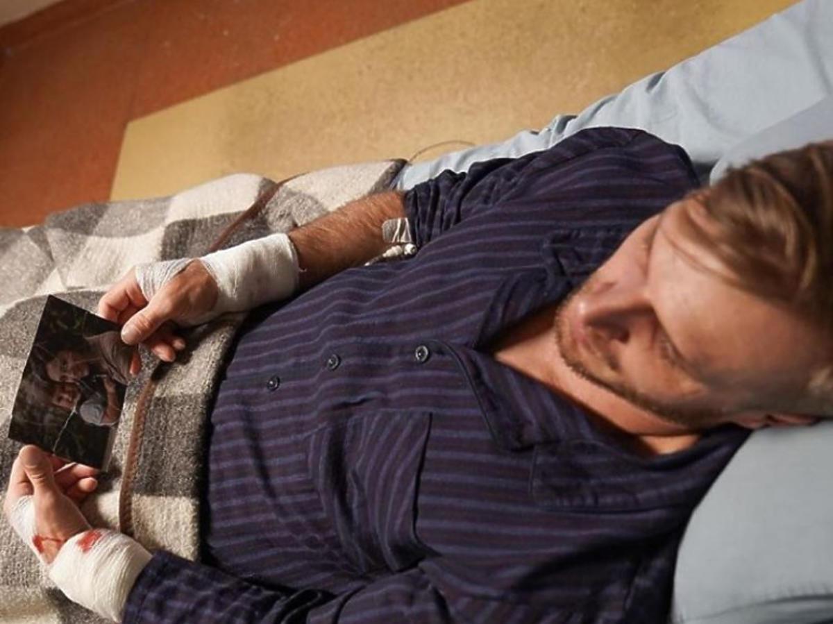 Artur z M jak miłość rozkocha w sobie lekarkę, która pozwoli mu wyjść ze szpitala psychiatrycznego
