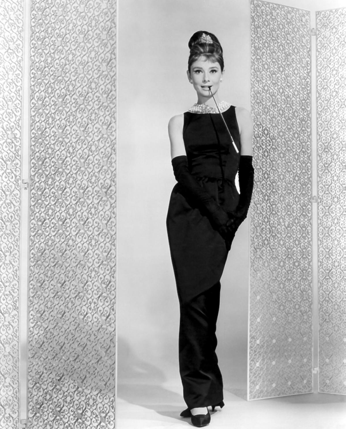 Audrey Hepburn w koku i czarnej długiej sukni