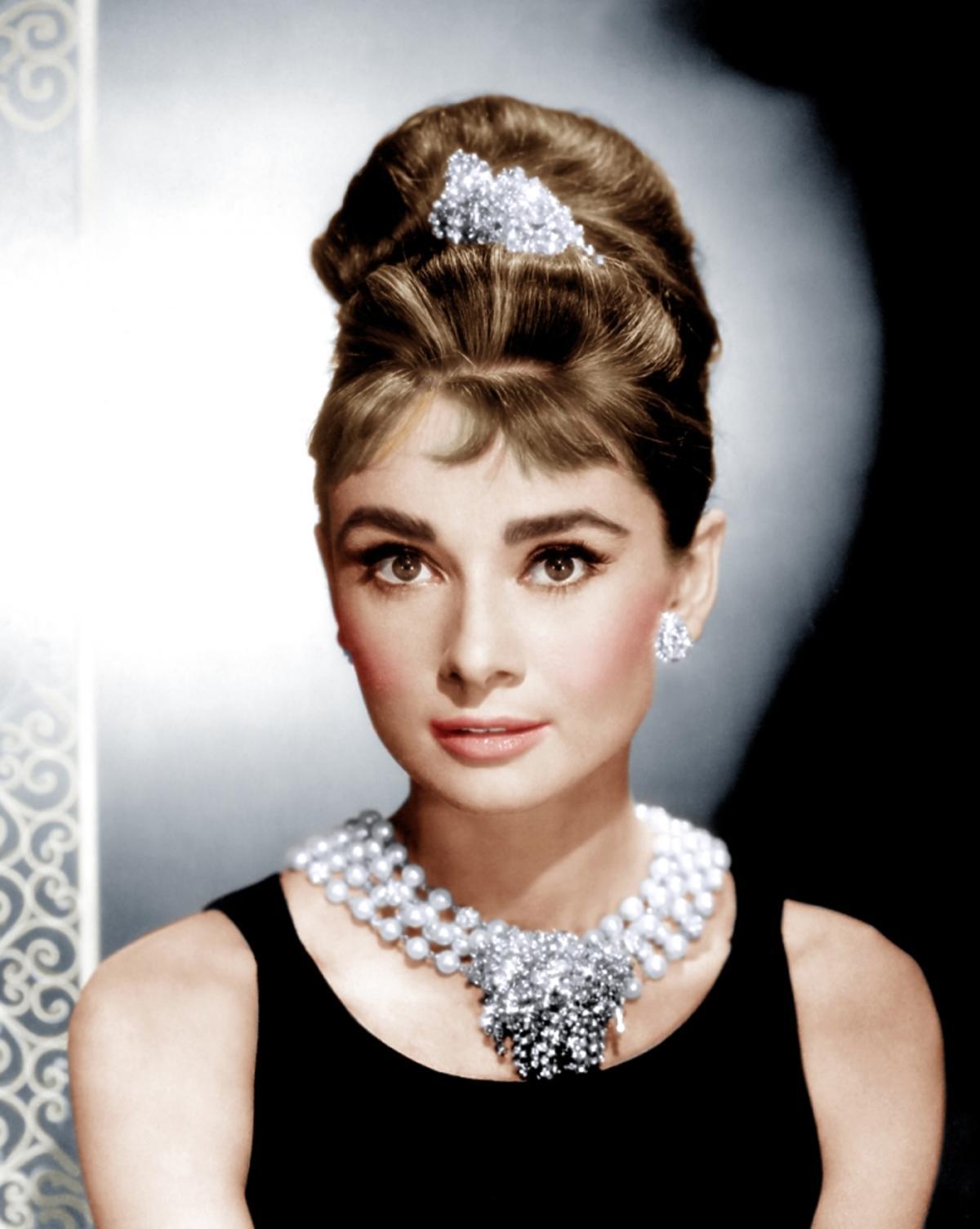 Audrey Hepburn w koku z naszyjnikiem