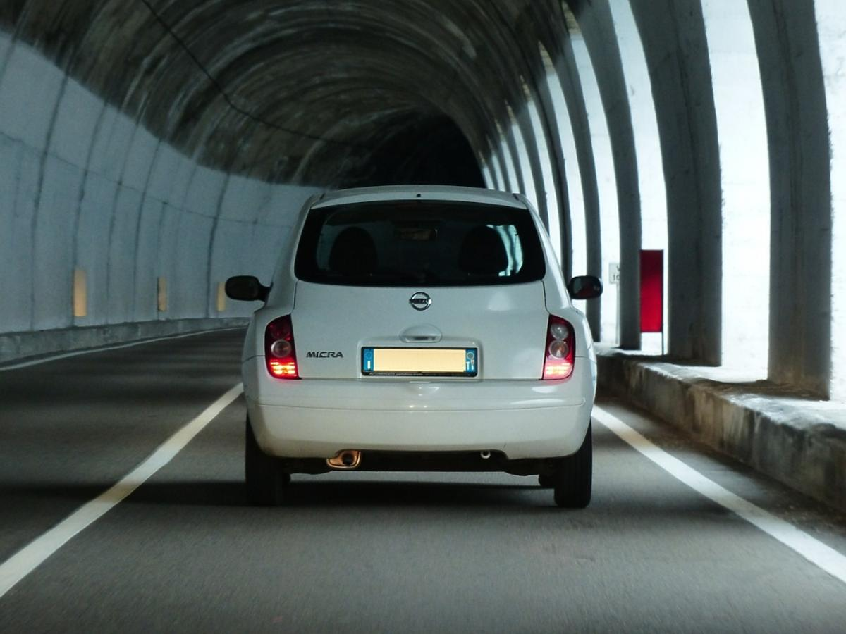 auto w tunelu