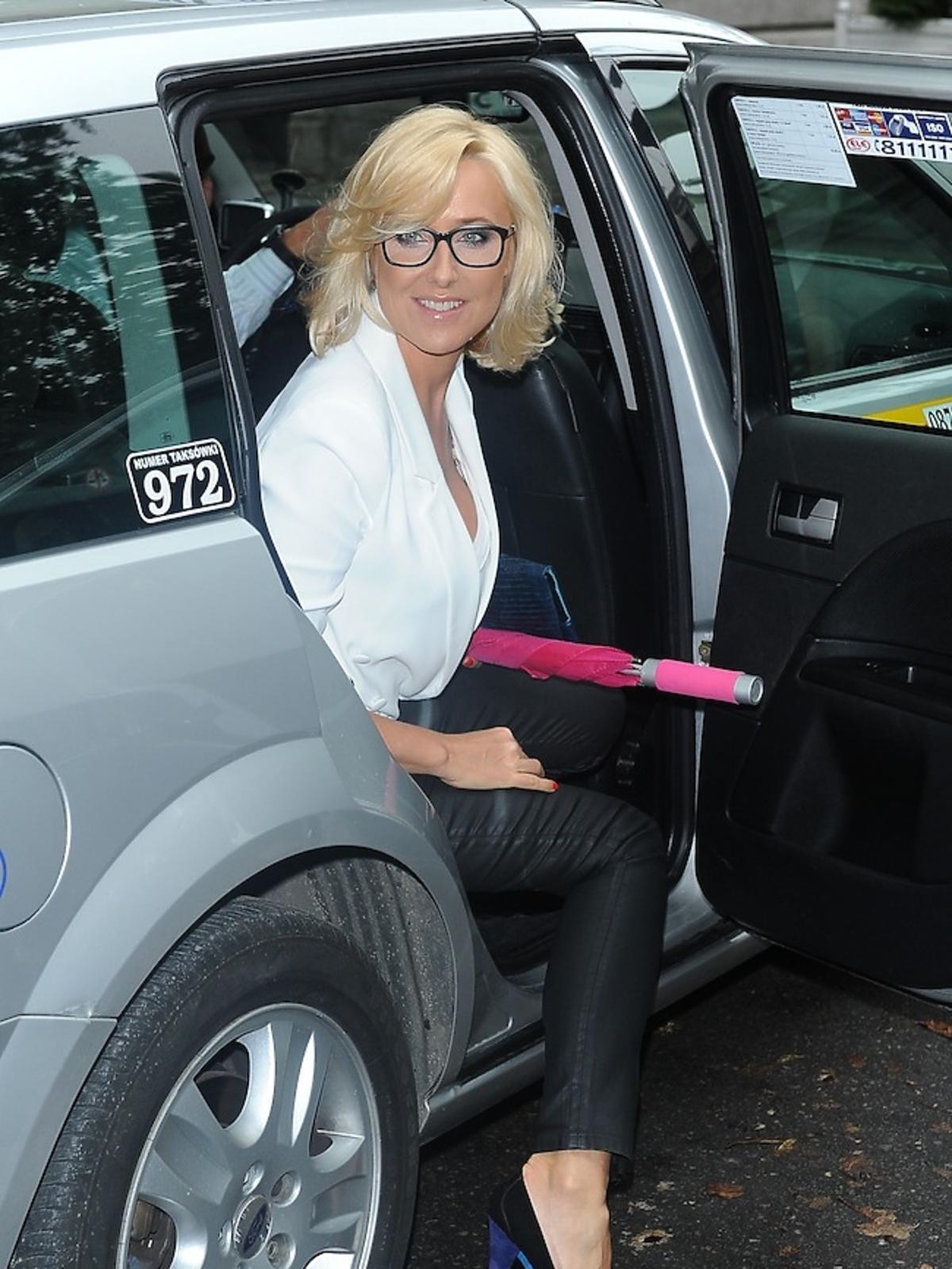 <B>Agata Młynarska</B> została przyłapana przez paparazzi jak wysiada z taxi. Gwiazda szła na służbowe spotkanie.