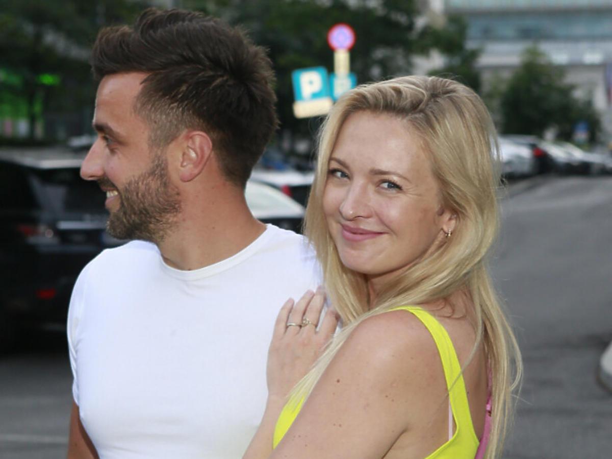 Barbara Kurdej-Szatan z mężem. Aktorka podkreśliła ciążowy brzuszek w żółtej mini