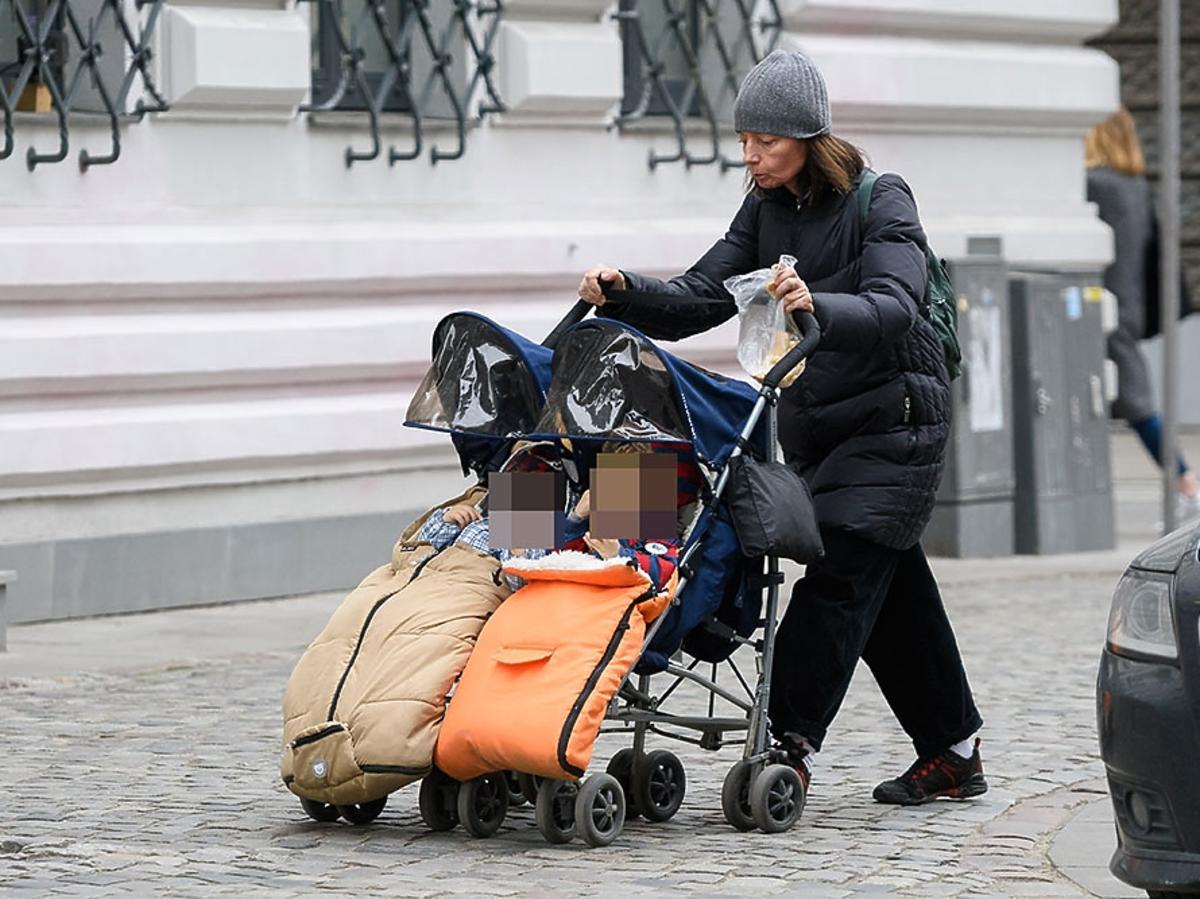 Barbara Sienkiewicz z bliźniakami Piotrusiem i Anią na spacerze