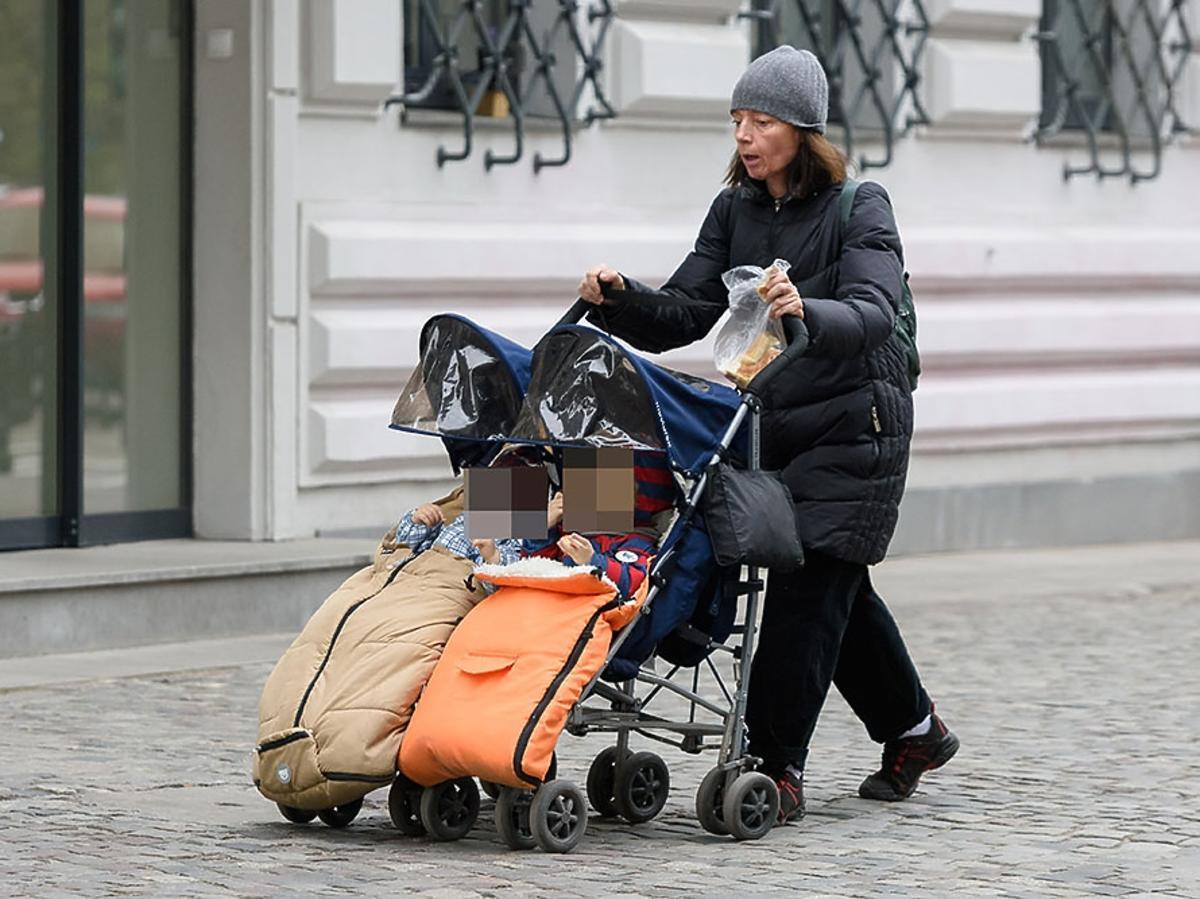 Barbara Sienkiewicz z dziećmi na spacerze w Warszawie