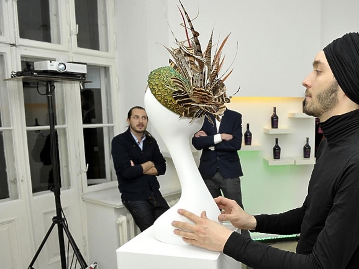 Bartek Michalec na prezentacja kolekcji Baileys by Philip Treacy