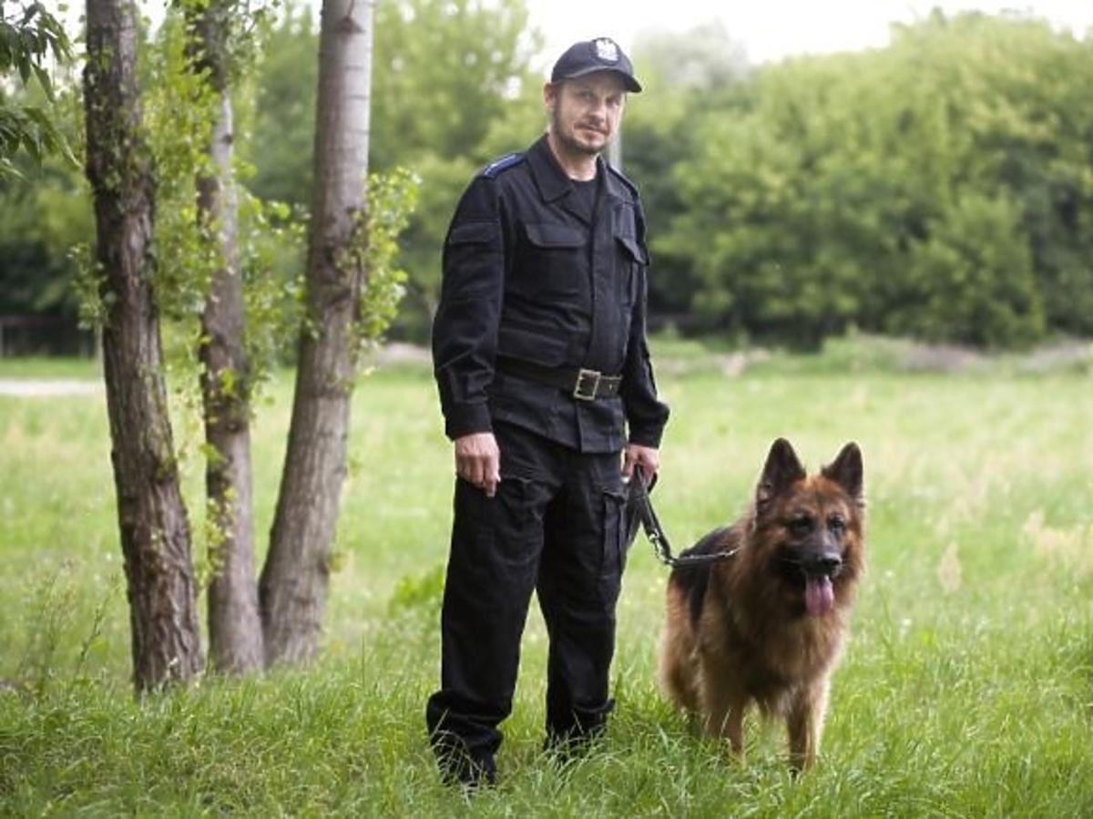 Bartłomiej Topa jako policjant w charytatywnym kalendarzu Fundacji Pomocy Wdowom i Sierotom