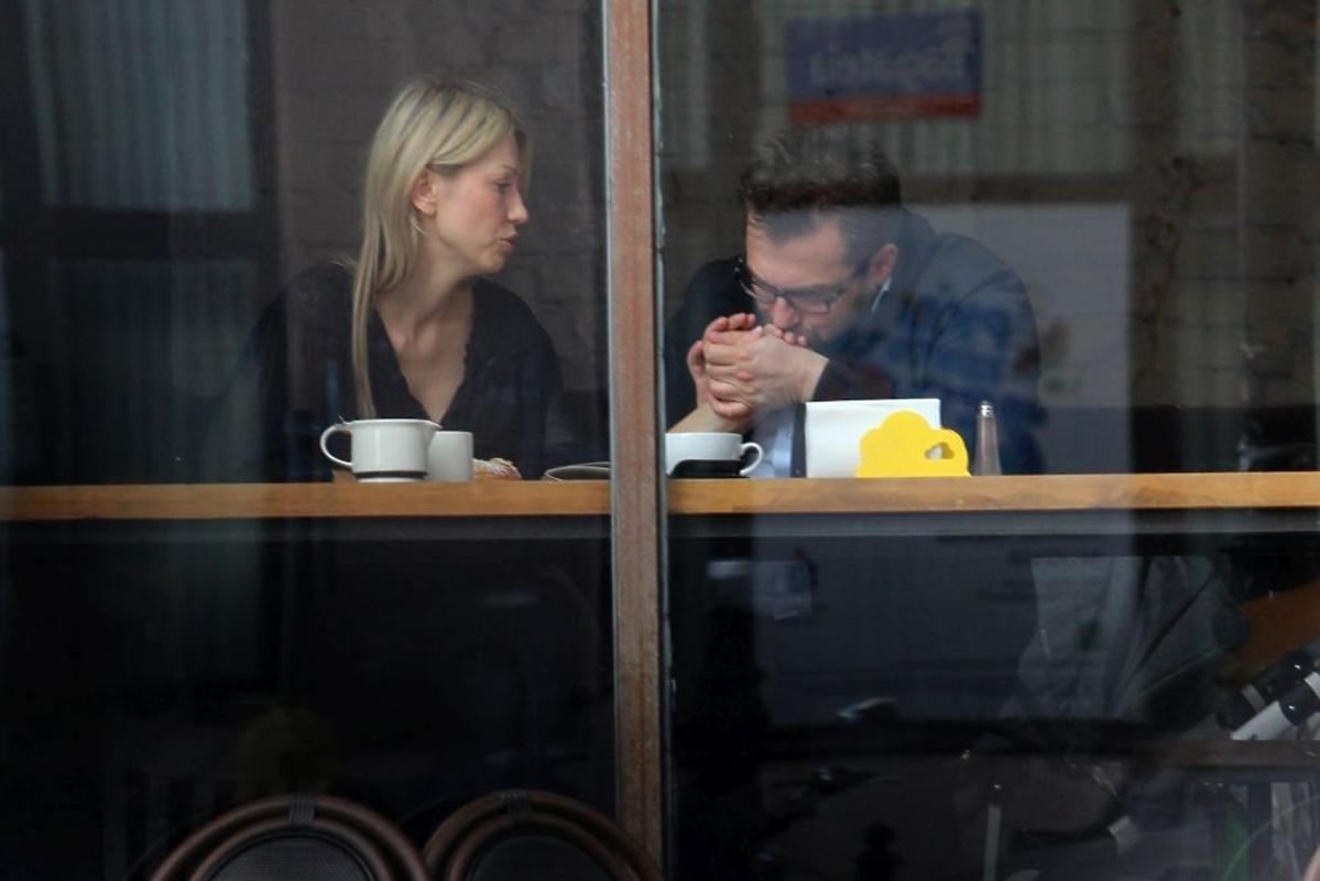 Bartosz Węglarczyk całuje rękę Magdalenie Ogórek