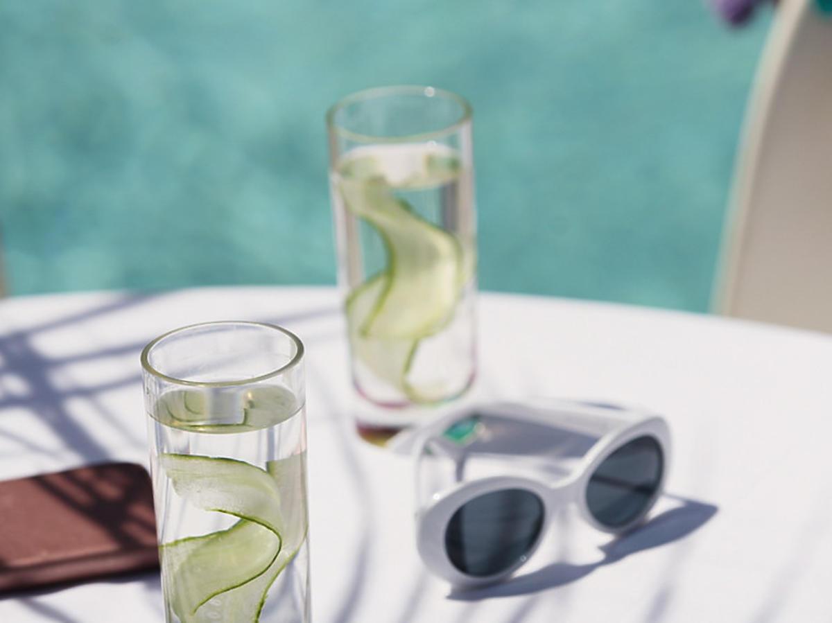 Basen, szklanki z wodą i limonką, okulary przeciwsłoneczne