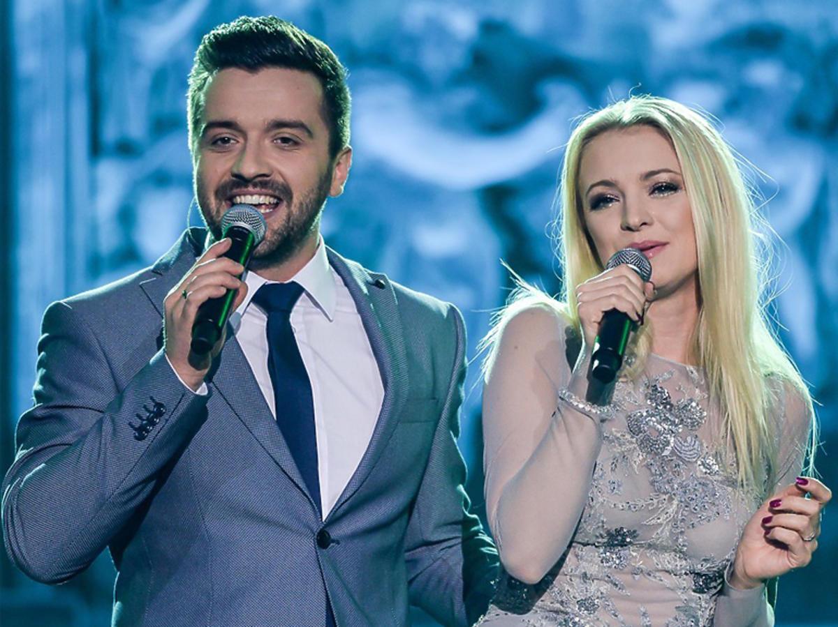 Basia Kurdej-Szatan i Rafał Szatan śpiewają razem podczas świątecznego koncertu