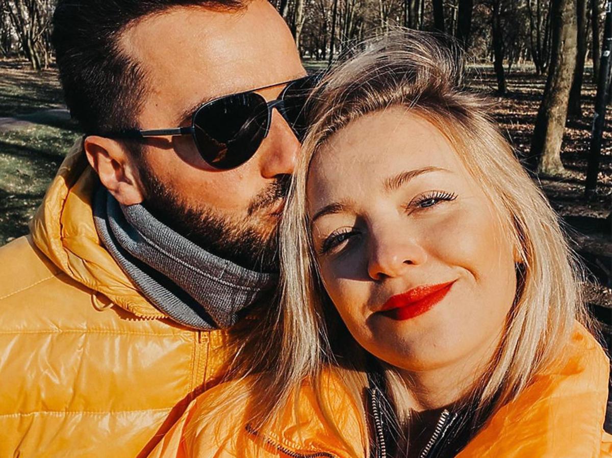 Basia Kurdej Szatan w pomarańczowej kurtce z mężem