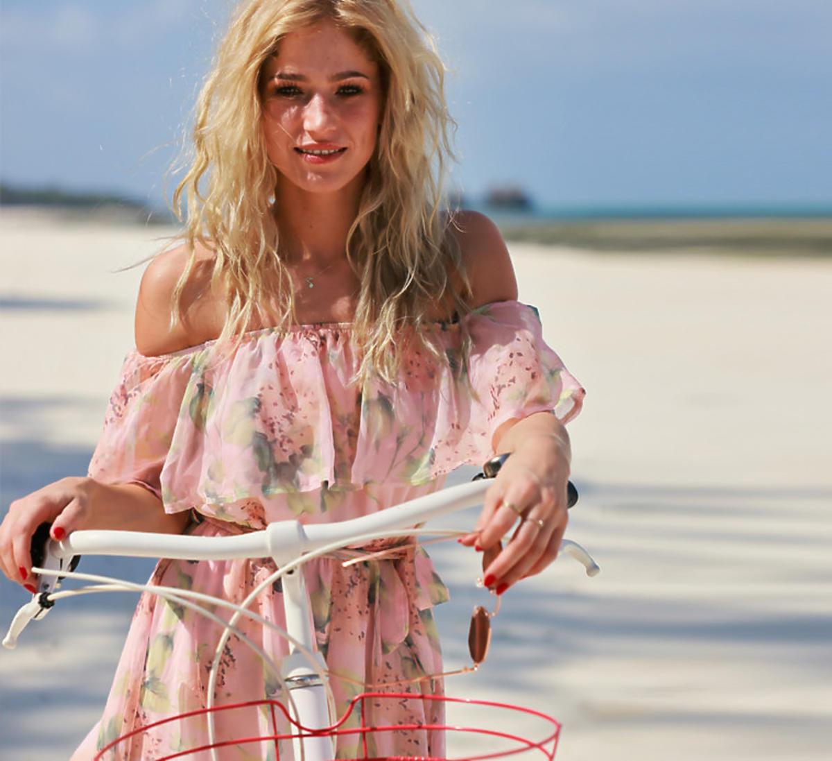Basia z Hotelu Paradise w różowej falbaniastej sukience