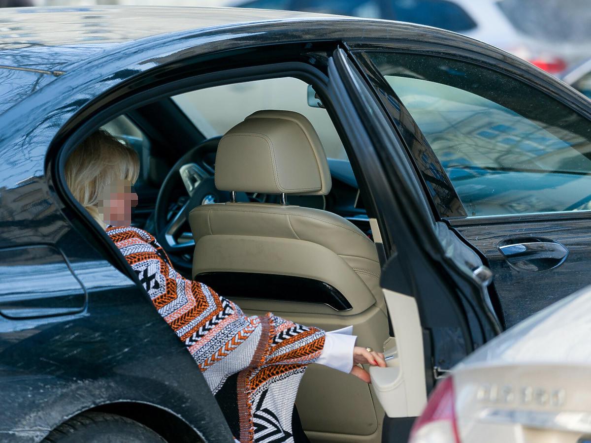 Beata K. na tylnym siedzeniu samochodu, zdjęcie archiwalne