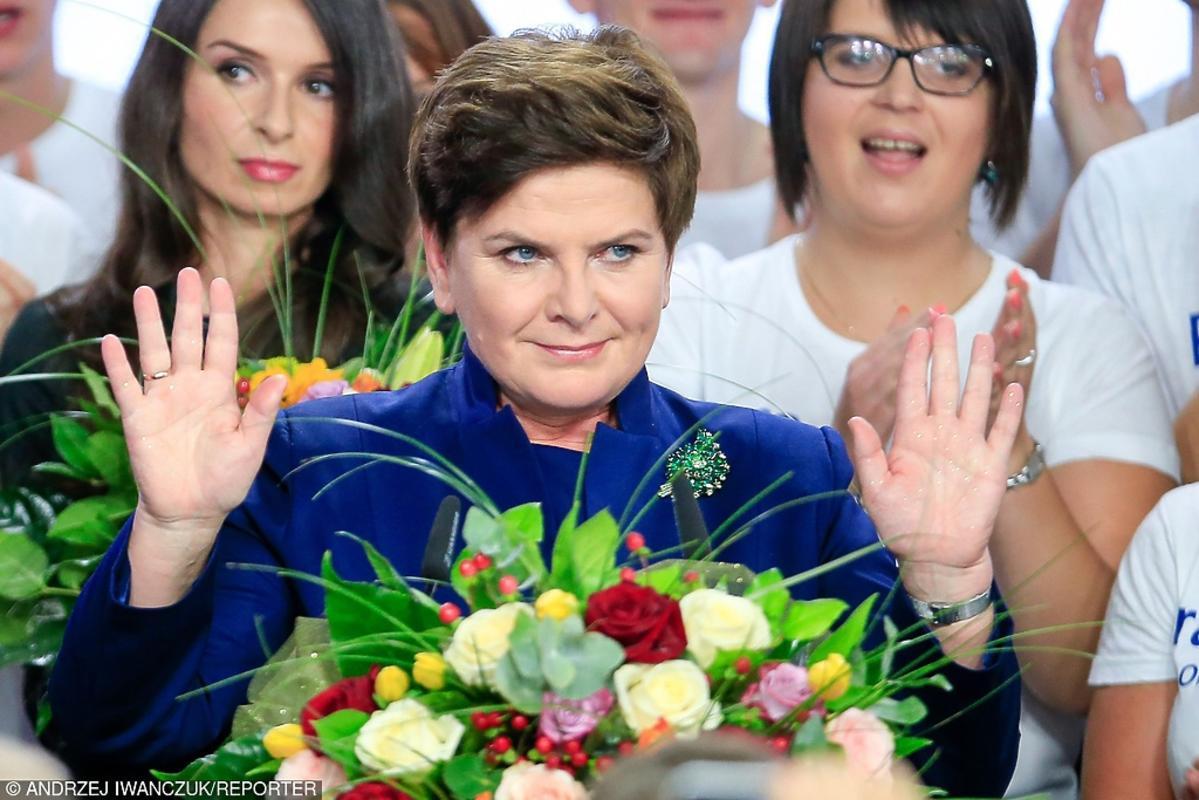 Beata Szydło cieszy się na wiecu wyborczym