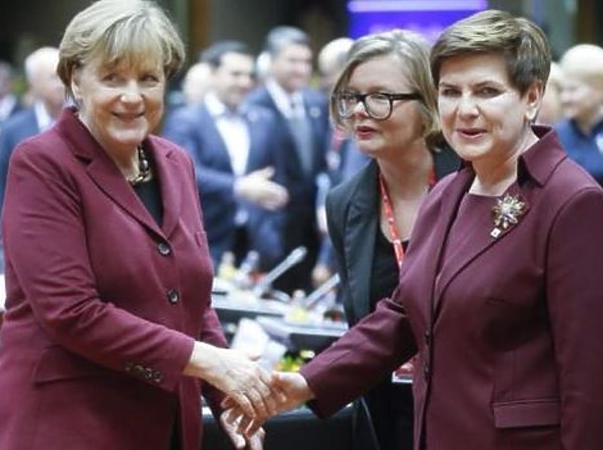 Beata Szydło w buraczenej garsonce podaje dłoń Angela Merkel też w buraczanej garsonce