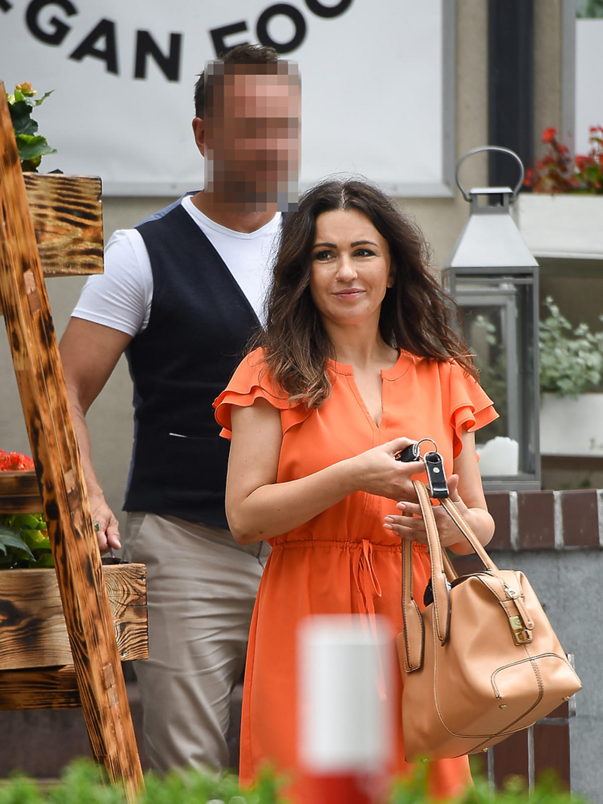 Beata Tadla w pomarańczowej sukience