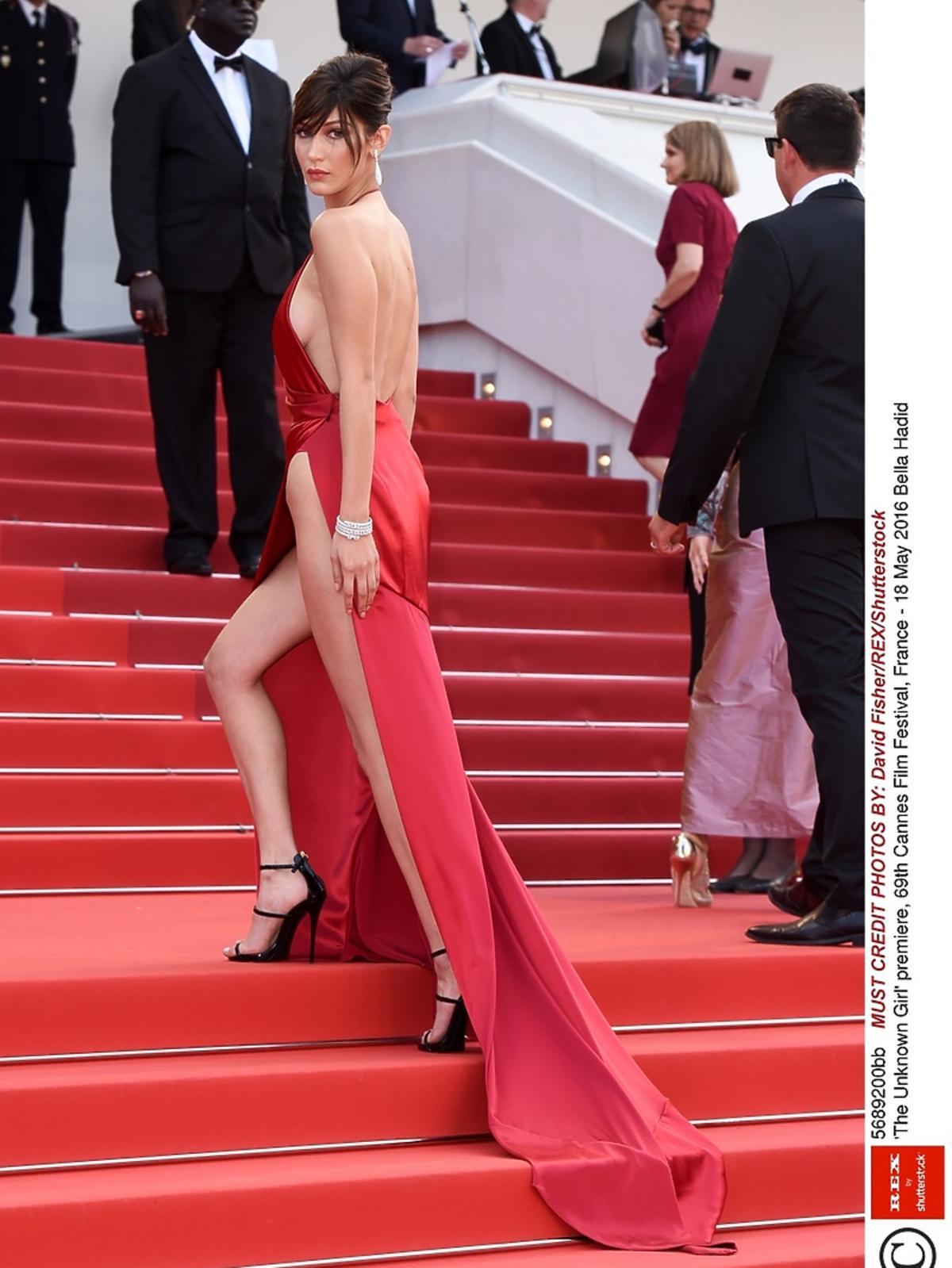 Bella Hadid na schodach